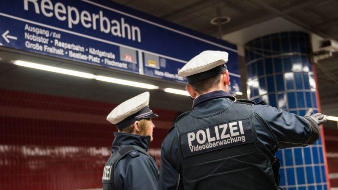 Bundespolizisten boten auf dem Bahnhof Reeperbahn Hilfe an, doch Hamburger tritt zu