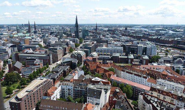 Aufmerksame Radfahrerin beobachtet zwei Einbrecher in Hamburg-Winterhude
